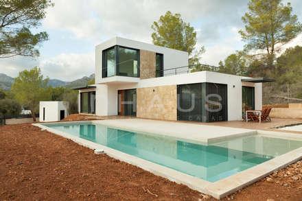 Modelo Estepona en Mallorca: Piscinas de jardín de estilo  de Casas inHAUS