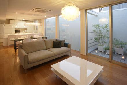 静寂を感じる家: 一級建築士事務所 株式会社KADeLが手掛けたリビングです。