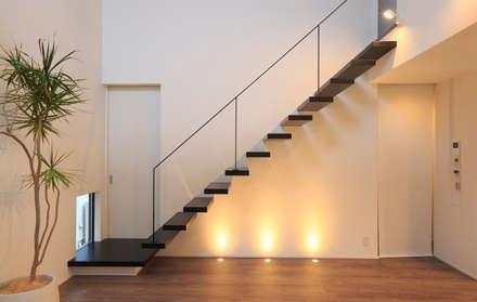 箱型都市住宅: 一級建築士事務所 株式会社KADeLが手掛けた階段です。