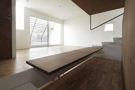 IS パンチングメタルの階段のある家: 山縣洋建築設計事務所が手掛けた書斎です。