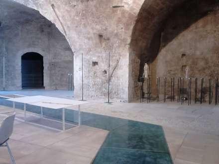 Centros de exhibiciones de estilo  por MALTA DI GERIS