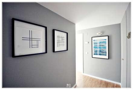 Wood elements hall: Corredores e halls de entrada  por RG Home Stylist