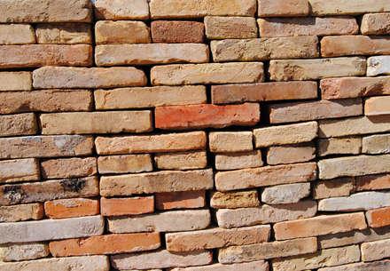 Muro de ladrillos: Paredes de estilo  de Anticuable.com