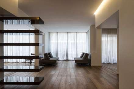 POZZI: Ingresso & Corridoio in stile  di DELISABATINI architetti