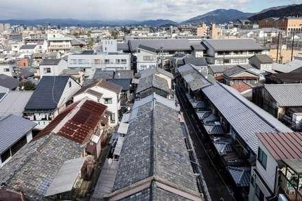 Gable roof by 山本嘉寛建蓄設計事務所 YYAA
