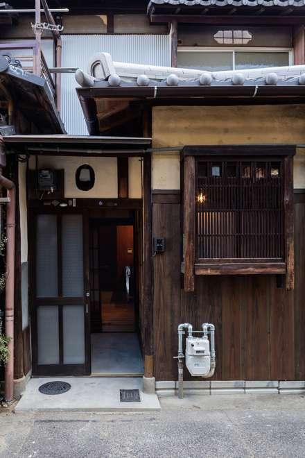 Terrace house by 山本嘉寛建蓄設計事務所 YYAA