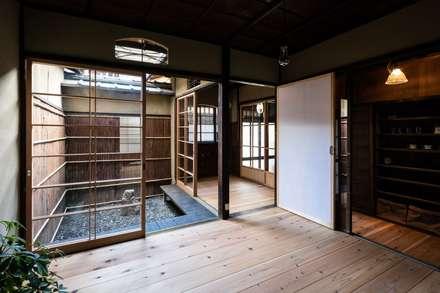 Ventanas de madera de estilo  de 山本嘉寛建蓄設計事務所 YYAA