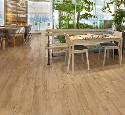 Il pavimento finto legno anche in cucina: Pavimento in stile  di ebaypavimenti