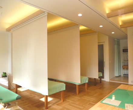整骨院スペースは、仰向けでも眩しくないように照明を一工夫: Lods一級建築士事務所が手掛けたスパです。