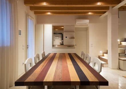 Progetto Atlante: Sala da pranzo in stile in stile Moderno di Tratto Sottile