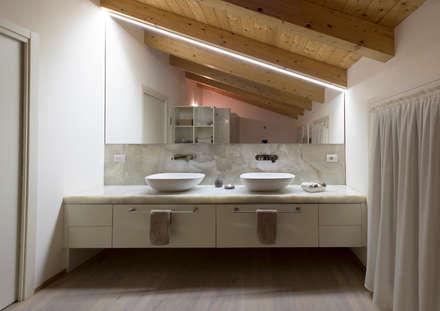 Progetto Atlante: Bagno in stile in stile Moderno di Tratto Sottile