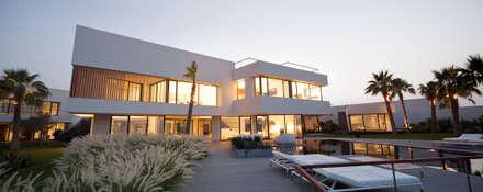 Star House: Piscinas de jardín de estilo  de AGi architects