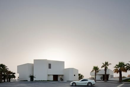 Star House: Garajes abiertos de estilo  de AGi architects