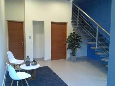 CREAPLAS: Pasillos y hall de entrada de estilo  por Incubar: Arquitectura & Construcción