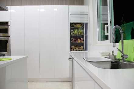 Cocina SERVO - DRIVE : Cocinas integrales de estilo  por TRES52 S.A.S