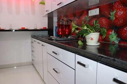 Встроенные кухни в . Автор – Enrich Interiors & Decors
