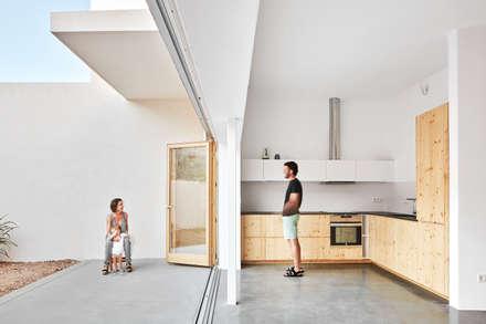 Ca na Mar i en Pere: Cocinas integrales de estilo  de PONT consultori d'arquitectura