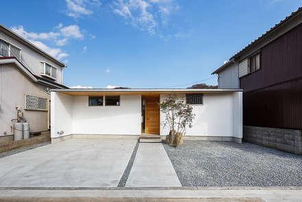 Casas unifamiliares de estilo  por 一級建築士事務所haus