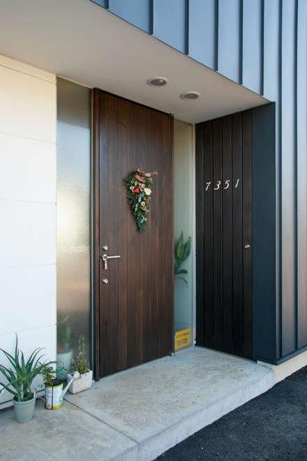 Puertas principales de estilo  por 設計事務所アーキプレイス