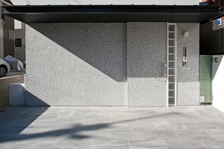 ひかりを組み込む家: 設計事務所アーキプレイスが手掛けた引き戸です。