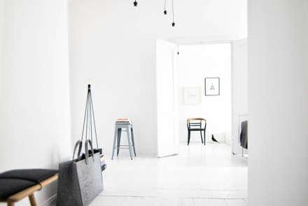 La casa bianca: Ingresso & Corridoio in stile  di Design for Love