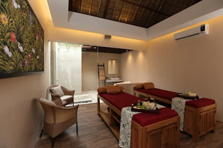 THE BALANCE OF MODERN & TRADITIONAL SPA @ BALI:  Hotels by PT. Dekorasi Hunian Indonesia (D&H Interior)
