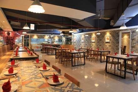 UNIQUE CONTEMPORARY DINING @ SEASON CITY APARTMENT, WEST JAKARTA:  Restoran by PT. Dekorasi Hunian Indonesia (D&H Interior)