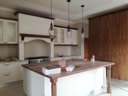 Cucina attrezzata in stile  di Première Interior Designs