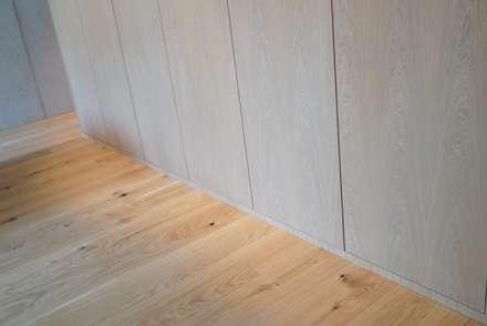 Ein Traum aus Beton und Eiche: minimalistische Ankleidezimmer von Helm Design by Helm Einrichtung GmbH