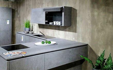 Küche mit Betonrückwand: industriale Küche von Der Rieger Exclusiv