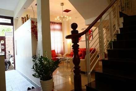 Phòng khách – phòng bếp sang trọng, đầy ấm áp:  Hành lang by Công ty TNHH Xây Dựng TM – DV Song Phát