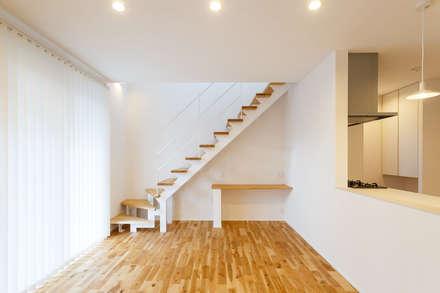 床面と合わせた踏板のスチール階段: LobeSquareが手掛けた階段です。