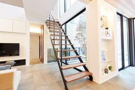 シンプルで落ち着いた雰囲気と空間: LobeSquareが手掛けた階段です。