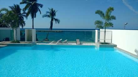 EDIFICIO OCEANÍA COVEÑAS: Piscinas de estilo minimalista por mínimal arquitectura