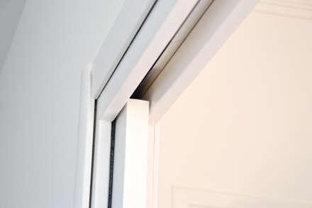 Rénovation d'appartement Grenoblois: Portes coulissantes de style  par Optiréno