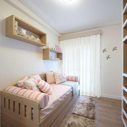 Phòng ngủ bé gái by Aline Dinis Arquitetura de Interiores