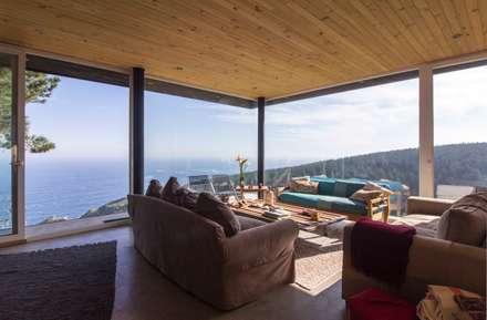 Casa Curaumilla: Livings de estilo moderno por Crescente Böhme Arquitectos