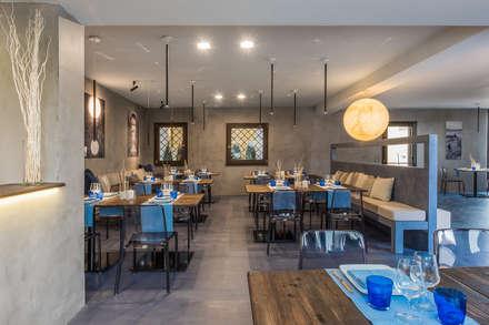 Sala ristorante: Sala da pranzo in stile in stile Mediterraneo di architetto Lorella Casola