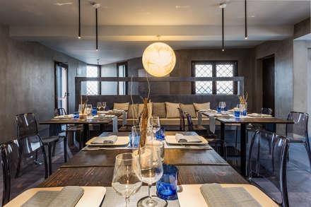 Elio e Selene Restaurant: Sala da pranzo in stile in stile Mediterraneo di architetto Lorella Casola