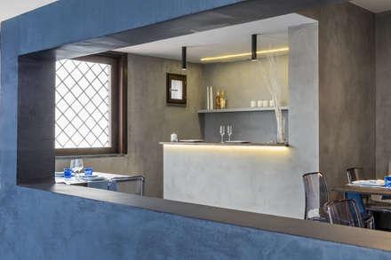 Elio e Selene Restaurant: Pareti in stile  di architetto Lorella Casola