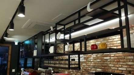 카페 작업대 및 선반: 디자인브라더스의  빌트인 주방
