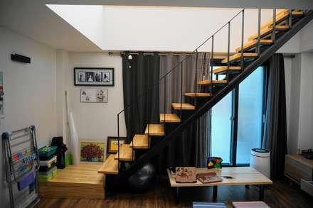 1-2층 계단: 건축그룹 [tam]의  계단