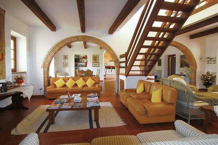 il salone principale: Soggiorno in stile in stile Rustico di Morelli & Ruggeri Architetti