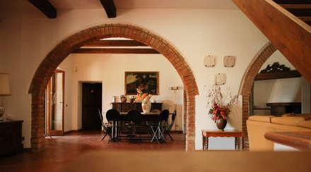 .: Sala da pranzo in stile in stile Rustico di Morelli & Ruggeri Architetti