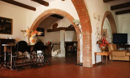 """Villa """"La Cerreta"""": Sala da pranzo in stile in stile Rustico di Morelli & Ruggeri Architetti"""