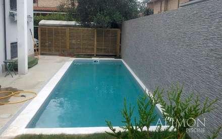 Piscina interrata in abitazione privata: Giardino con piscina in stile  di Alimon Piscine