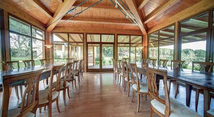 sala predisposta come sala da pranzo: Sala da pranzo in stile in stile Rustico di Morelli & Ruggeri Architetti