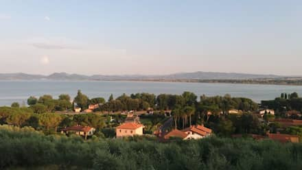 panorama sul Lago Trasimeno: Casa di campagna in stile  di Morelli & Ruggeri Architetti