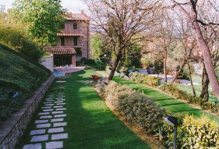 particolari del giardino, i percorsi e delle scarpate vegetali: Giardino anteriore in stile  di Morelli & Ruggeri Architetti