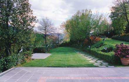 .: Giardino anteriore in stile  di Morelli & Ruggeri Architetti